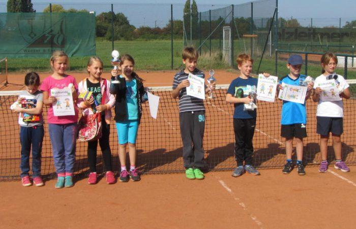 Millinger Schüler/innen schwingen den Tennisschläger