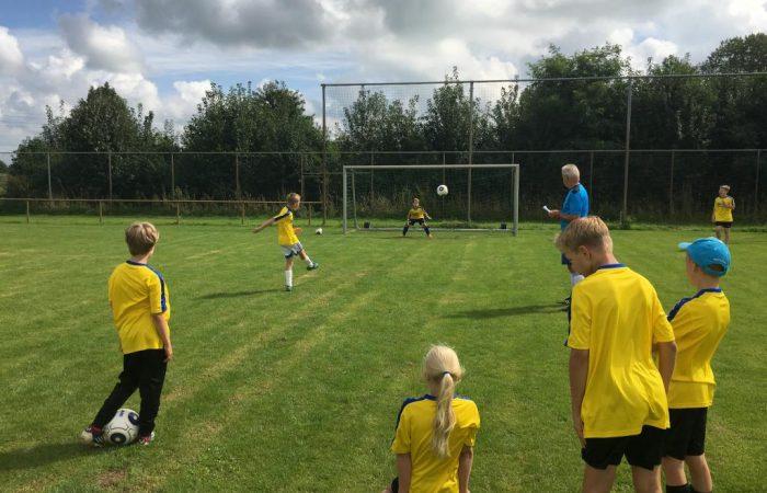 Nachwuchs-Kicker/innen starten in die Fußballschule